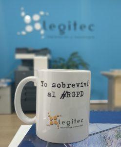 Taza con texto Yo sobreviví al RGPD por LEGITEC