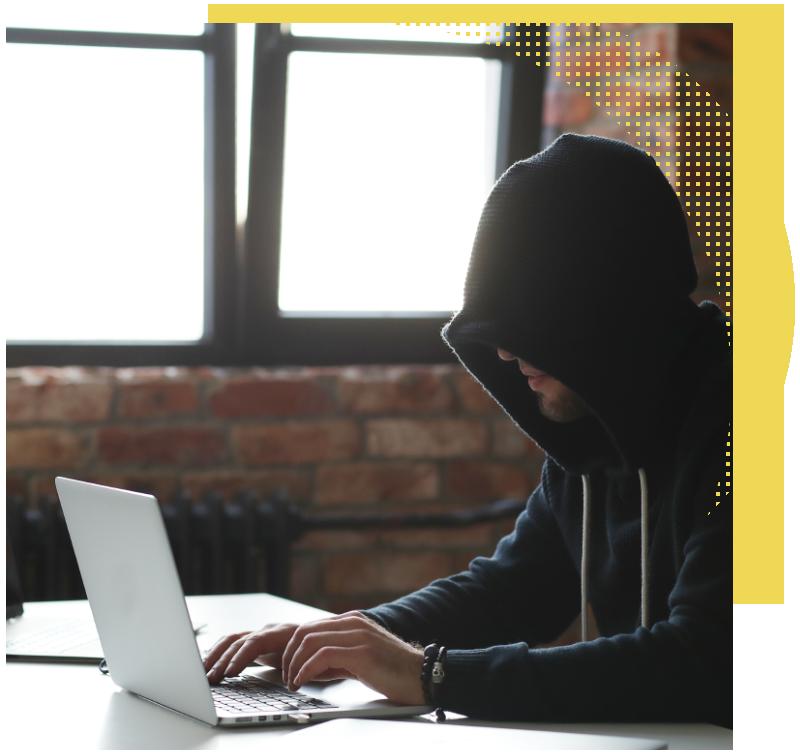 precio auditoría ciberseguridad | Ciberdelincuente con ordenador
