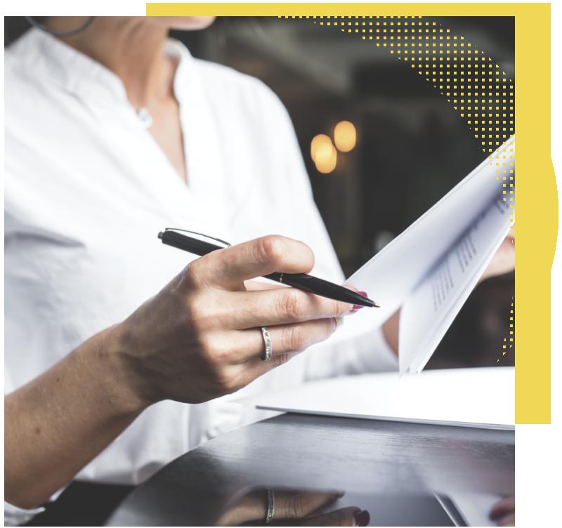 Mujer examina contrato y precio de delegado de protección de datos DPO - DPD