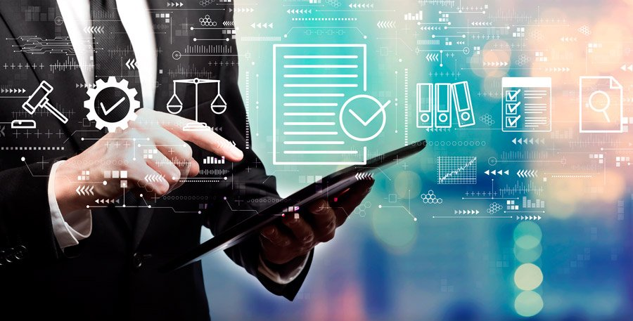 empresario gestionando un programa de cumplimiento normativo para empresas en dispositivo