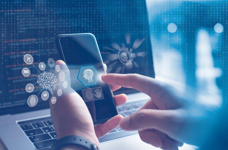usuario interactúa con un chatbot en el teléfono móvil