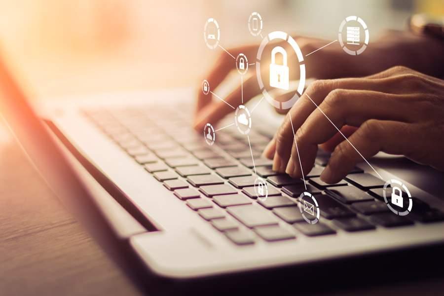 seguridad en la red: empresario usando portátil