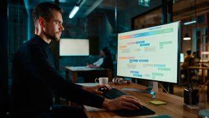 empresario utilizando un software de monitorización de empleados