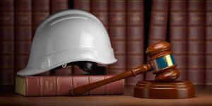 La grabación como prueba en juicio laboral - Casco de trabajador y mazo de juez